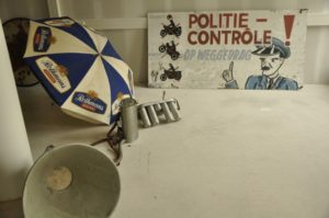 collectie-tt-museum-politiebord-koffieschenk-apparaat-tribunes-taluds-recalme-paraplu-luidspreker-kl